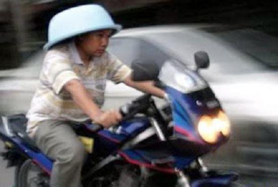 8 Alasan Orang Sengaja Tidak Pakai Helm Saat Naik Motor, Pakai Baskom