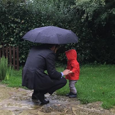 petit garçon et son papa sous la pluie