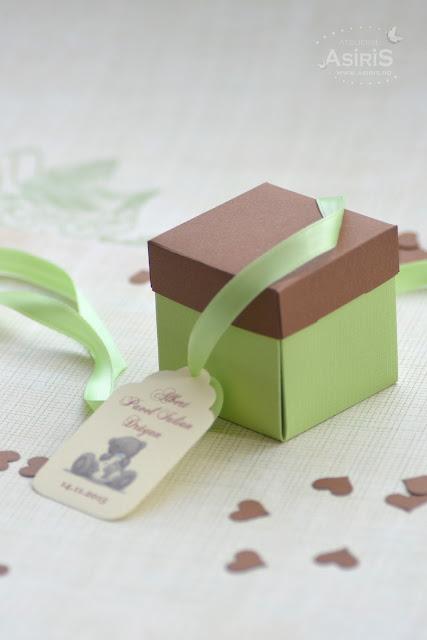 Cutii marturii botez cu eticheta si fundita pentru bomboane invitati