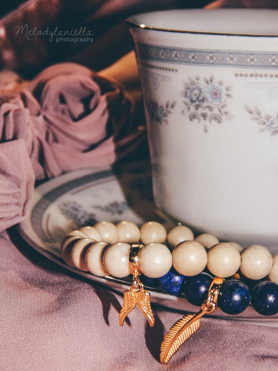 jewellery by Ana bizuteria bransoletki marmur charmsy 24k zloto skrzydla piórko marmur lapis lazuli fotografia melodylaniella prezennty dla kobiet