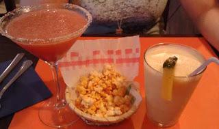 Bebidas de Margarita de fresa y Piña Colada sin alcohol con unas palomitas aderezadas para picar