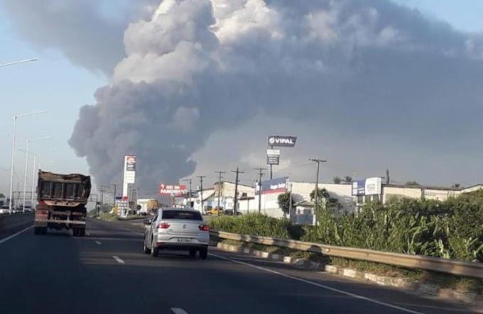 Incêndio de grandes proporções atinge fábrica de colchões em Salvador