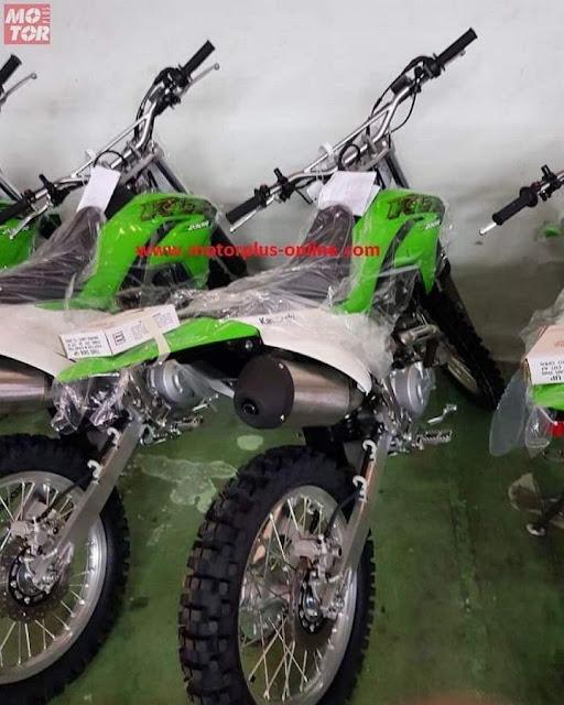 Kawasaki KLX230R Belakang