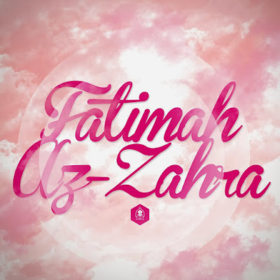 "Kisah Fatimah Azzahra.    Fatimah Az Zahra adalah anak perempuan ke empat pasangan Rasulullah dan Ummul mu'minin Khadijah. (Rasulullah dan Siti Khadijah dikaruniai empat orang putri; Zeinab, Raqayyah, Ummi Kultsum dan Fatimah). Fatimah dilahirkan ketika kaum quraisy merenovasi ka'bah (pada saat itu Rasulullah yang dikenal dengan julukan Al Amin –orang yang dipercaya-berhasil menggagalkan peperangan antara kelompok quraisy).Tepatnya 20 jumadil akhir lima tahun sebelum bi'tsah (turun wahyu kepada rasulullah).  Dalam beberapa riwayat dijelaskan bahwasanya Fatimah adalah orang yang paling mirip dengan Rasulullah (kelak setelah lahirnya Hasan bin Abi Thalib bin Fatimah bin Muhammad, Hasanlah orang yang paling mirip dengan Rasulullah), di antaranya adalah apa yang dikatakan 'Aisyah: ""Tidak ada yang mirip Rasulullah dalam cara berjalan dan bertutur kata kecuali Fatimah"", Dalam riwayat lain Ummul Mu'minin Ummu Salamah mengatakan: ""Fatimah bintu Rasulillah adalah orang yang paling mirip wajahnya dengan Rasulullah."" Hal ini ditegaskan oleh Anas bin Malik dalam salah satu riwayatnya: ""Fatimah sangat mirip dengan Rasulullah, kulitnya putih dan berambut hitam.""  Fatimah, memiliki banyak julukan, julukannya yang paling masyhur adalah Az Zahra yang artinya bercahaya,berkilau. Ulama berbeda pendapat dalam sebab dijulukinya Az Zahra, ada yang mengatakan karena Fatimah adalah bunga Rasulullah, yang"