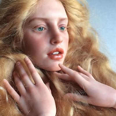 Rostro de mujer rubia hecha de arcilla polimerica