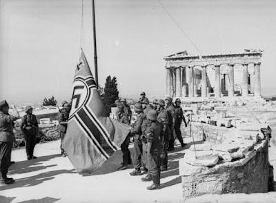 Η σημαία που κατέβασαν o Μανώλης Γλέζος και ο Λάκης Σάντας