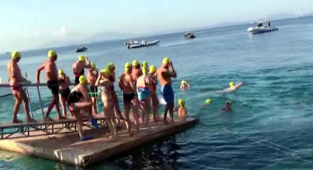 Nuotatori provenienti da tutto il mondo nuotano dalla costa albanese a Corfù