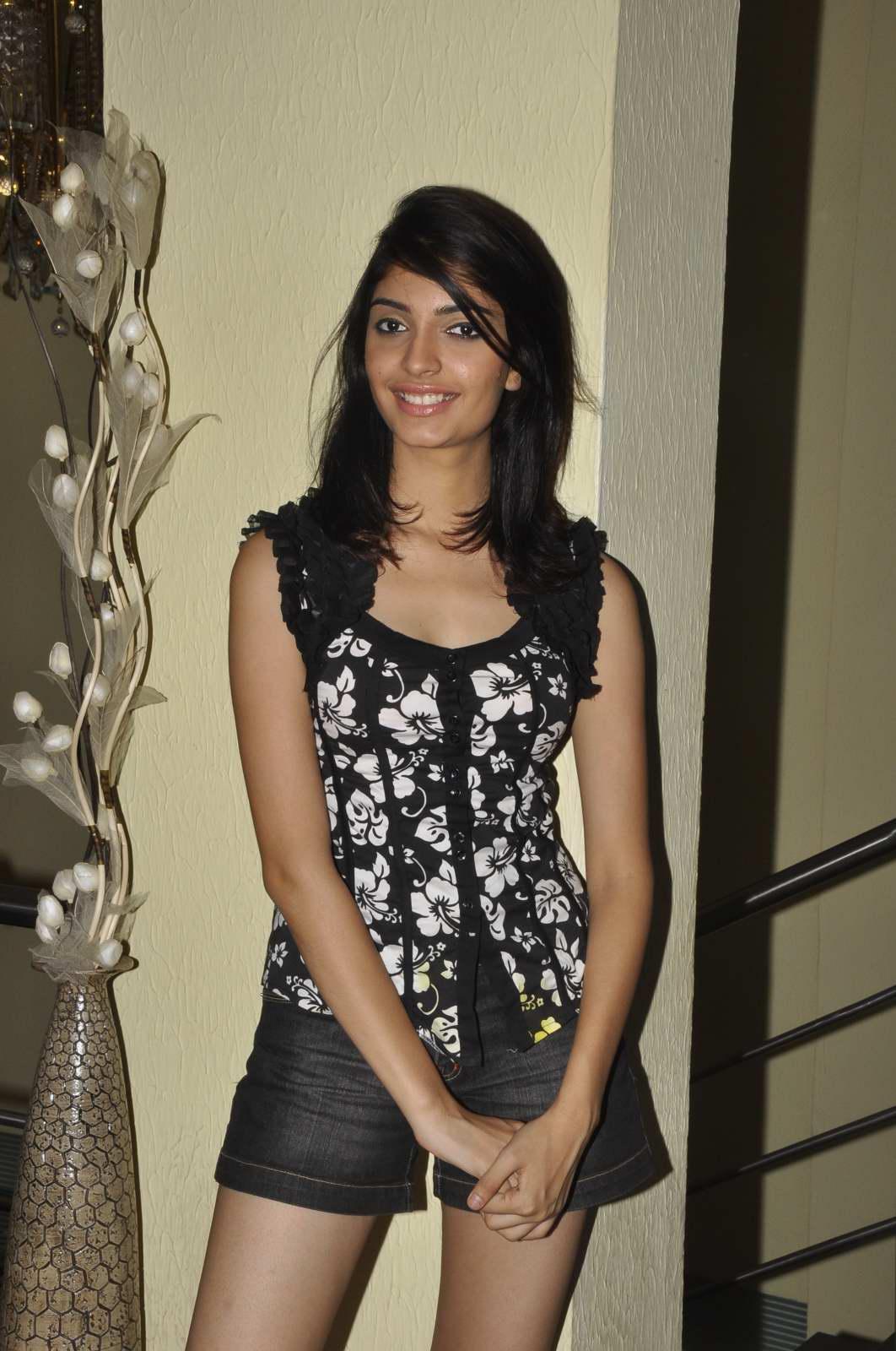Meera Chopra - Spicy Pics | HQ Pics n Galleries