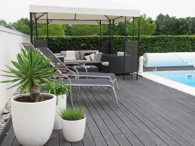 Nyt den hvite hagen - Ved bassengkanten i my white garden, trädgårdsrundan, Helsingborg