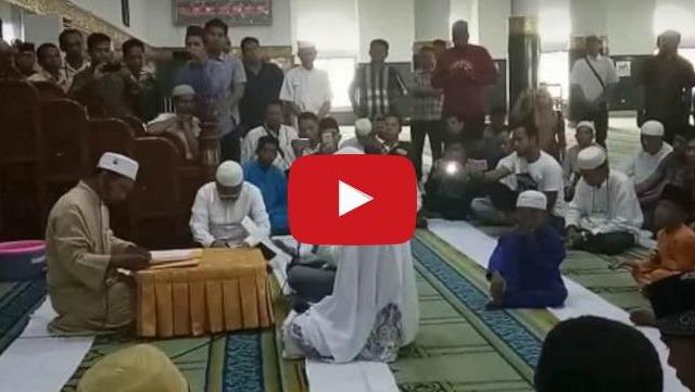 VIDEO: Ucapkan Syahadat Di Masjid Raya Riau, Dua Mualaf Ini Membuat Yang Hadir Jadi Terharu