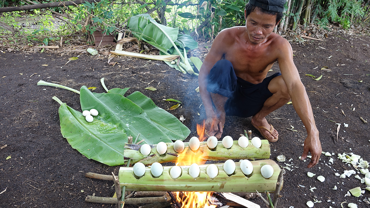 Primitive Technology Grilled Eggs With Banana Tree