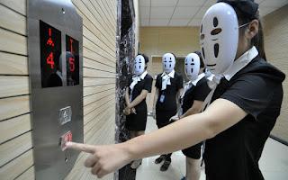 Zdjęcie kobiet w maskach czekających na windę