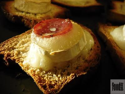 Tartine cu brânză de capră și salam uscat cu alune