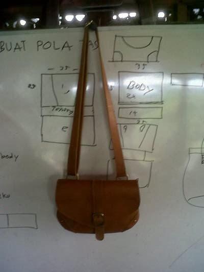 Tas kulit dengan tali selempang karya peserta pelatihan tas