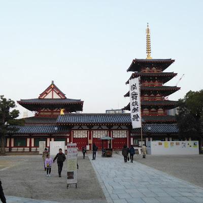 四天王寺 金堂(左)と五重塔(右)