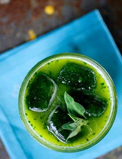 Suco detox de abacaxi com couve