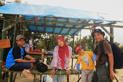 Tersedia warung di jalur pendakian Gunung Papandayan.