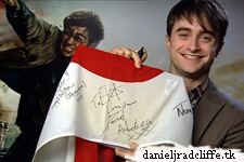 Dan's most enjoyable/emotional scenes (Deathly Hallows p2) + cast & crew sign flag for Japan earthquake relief