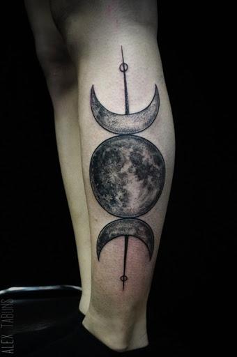 A lua cheia é colocado entre duas luas crescentes.