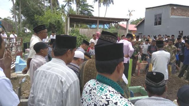 """Jenazah (Alm) Hj. Sitti Nurhayati Ali """"Bidan Tati' """" Dimakamkan di ,TPU, Bontopanappasa"""