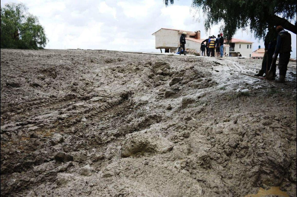 Lodo y piedras fueron arrastradas por el agua por calles y avenidas del valle / EL DEBER