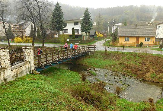 Drewniany most nad Ponikiewką.