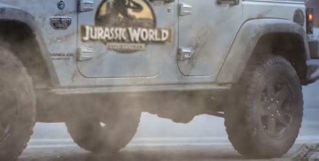 Az állatjogi motívum egyébként nem először fordul elő a dinós filmek történetében, hiszen a második, még Spielberg által rendezett Jurassic Parkban (Az elveszett világ) egy pénzéhes üzletember azért viszi a T-Rexet és kicsinyét San Diegóba, hogy cirkuszban mutogassa, cserében a szörny lebontja a fél várost, a kis T-Rex pedig elfogyasztja vacsorára a gonosz kapitalistát.