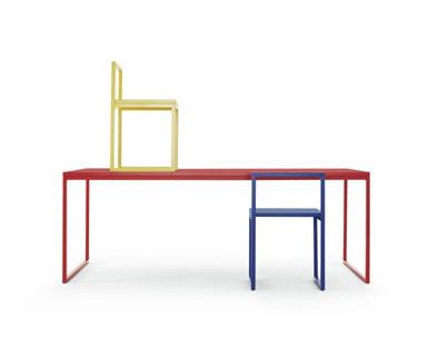 tavolo e sedie della nuova serie Fronzoni Color