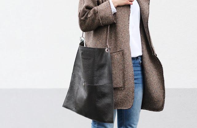 Mous, Napapiri, novamoda stylizacje, Novamoda style, jesienne inspiracje, jesienny płaszcz, jesienny styl, biała koszula, casual style, bagsi, moda, styl życia, kobiety, w stylu, streetstyle, blog po 30, brązowy płaszcz, oversize, koszula i jeansy