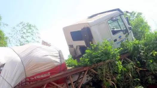 mynaijainfo.com/see-disturbing-photos-of-the-collapsed-ikem-bridge-in-enugu