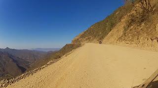 Uma estrada à beira de penhascos.