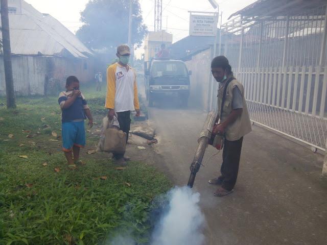 Basmi Nyamuk Demam Berdarah, Petugas Fogging PKS Medan Tembung Datangi Rumah Warga