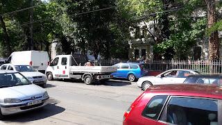 Politia imparte puncte si amenzi proprietarilor de masini parcate pe trotuar in fata Spitalului de Urgenta pentru Copii Louis Turcanu
