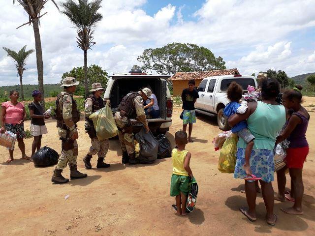 Cipe Chapada distribui presentes na zona rural de Ruy Barbosa