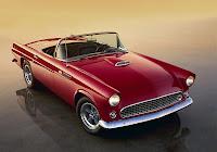 Kırmızı renkli üstü açık klasik otomobil