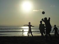 Main Bola di Pantai Pangandaran sambil menikmati Sunset