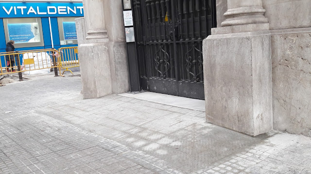 Entrada a la Cambra de Comerç de Tarragona pel Carrer Rovira i Virgili