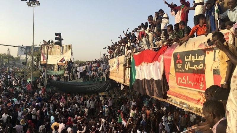 Pueblo de Sudán logra salir de su dictador mientras que Venezuela sigue dialogando