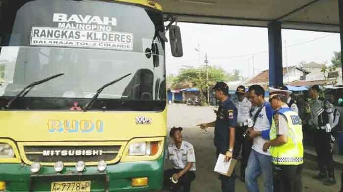 Jelang Idul Fitri 2018, Petugas Gabungan Uji Kelaikan Angkutan Umum di Terminal Mandala