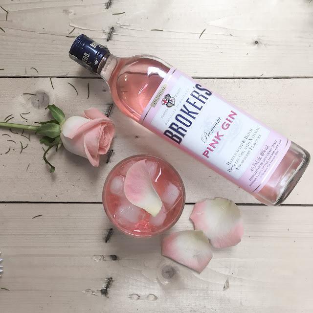 Pink Gin – míchaný drin z ginu a růžového sirupu zdobený růžemi