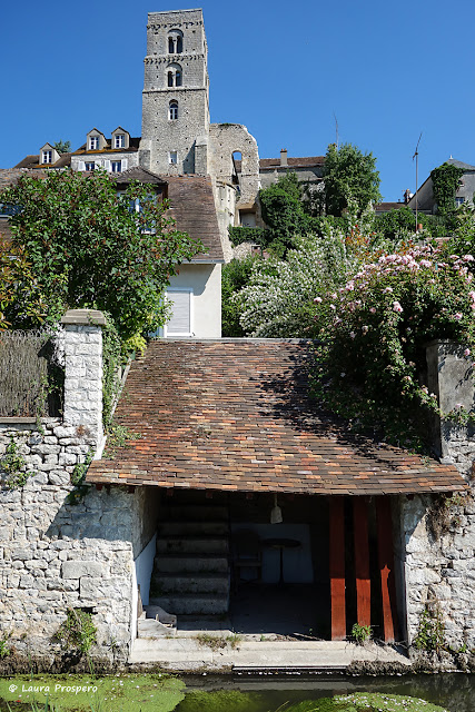 petit lavoir - vue sur la Tour Saint-Thougal, Château-Landon © Laura Prospero