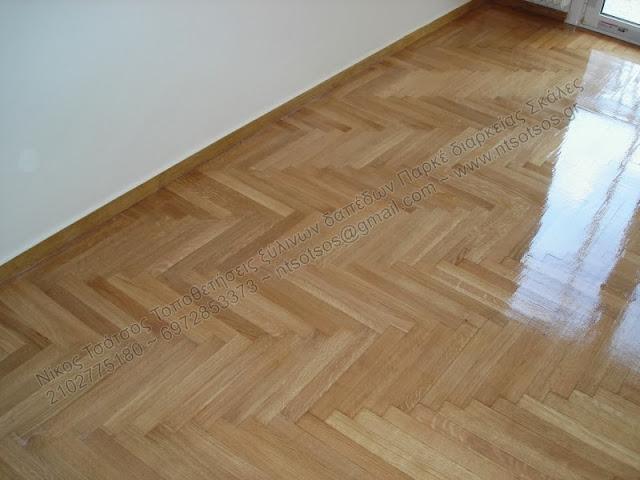 Τρίψιμο και λουστράρισμα σε ξύλινο πάτωμα μετά από επισκευή