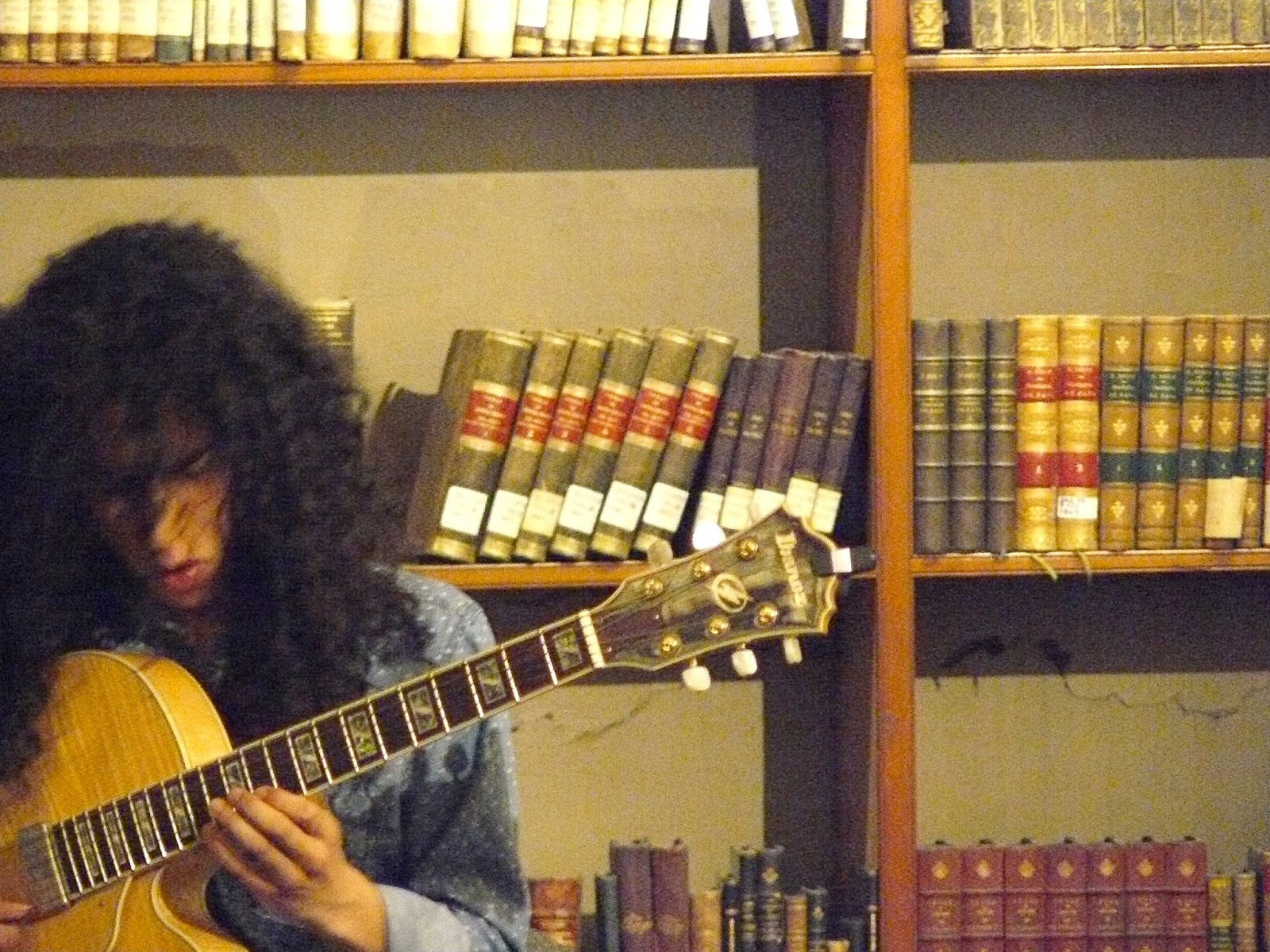 Biblioteca Patrimonial Recoleta Dominica: Guitarra
