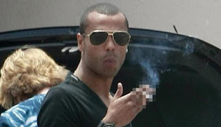 Ashley Cole Merokok