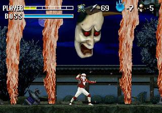 Captura de Sega Saturn con Shinobi Legion (Shinobi X) de 1995. La imagen muestra a un ninja luchando contra una especia de máscara japonesa