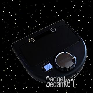 Neato botvac connected von unten mit Sternenhimmel im Hintergrund