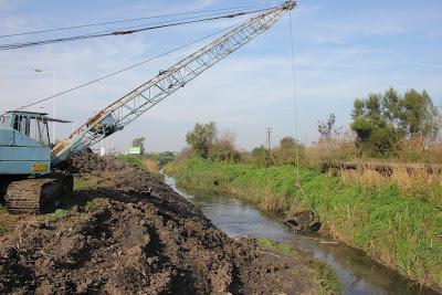 San Isidro limpia y draga canales y desagües en el Bajo Boulogne.