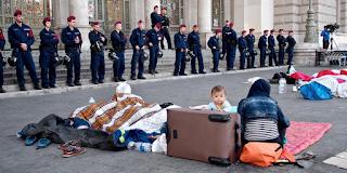 Η Ουγγαρία αφήνει νηστικούς τους πρόσφυγες για να αναγκαστούν να φύγουν