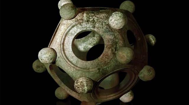 Το άλυτο αίνιγμα του ρωμαϊκού δωδεκάεδρου. Ήταν κάποιο αρχαίο παιχνίδι, όργανο μέτρησης ή θρησκευτικό αντικείμενο; Είχε μεγάλη αξία και φυλασσόταν μαζί με νομίσματα και τιμαλφή