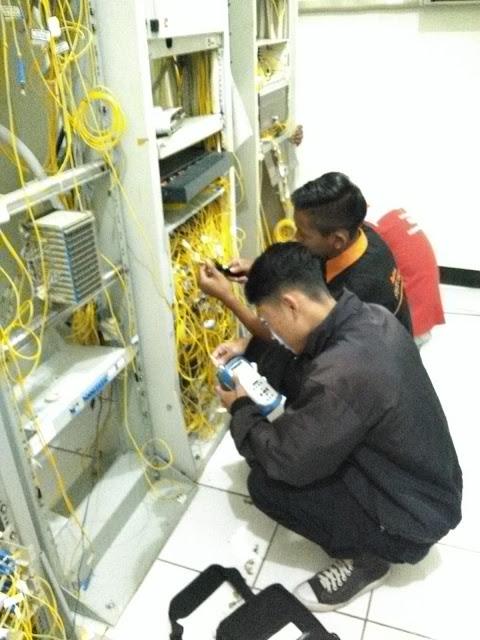 Merapihkan Kabel FO Diruangan Server Dan Pengecekan Redamannya - Gateway Ilmu